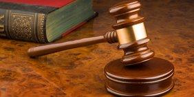 Richterhammer auf Richterpult